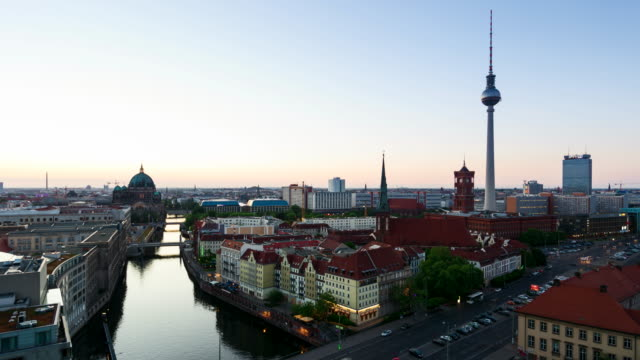vídeos de stock, filmes e b-roll de berlin east cityscape with television tower in timelapse during sunset - east berlin