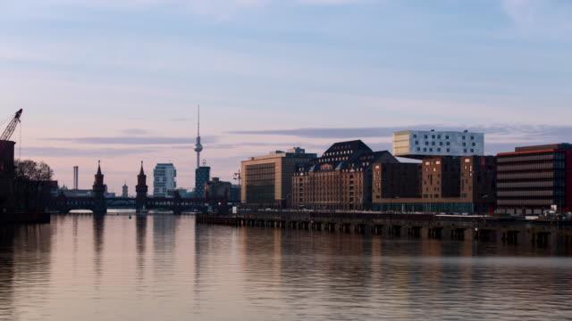 vídeos de stock, filmes e b-roll de berlin east sunset timelapse - east berlin