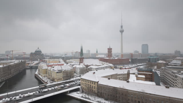 berlin foggy winter skyline timelapse with snow and traffic - スプリー川点の映像素材/bロール