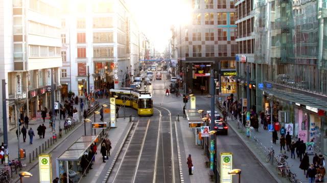 berlin friedrichstrasse, zeitraffer - straßenbahn stock-videos und b-roll-filmmaterial
