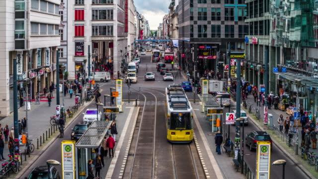 vídeos de stock e filmes b-roll de berlin friedrichstrasse - berlim