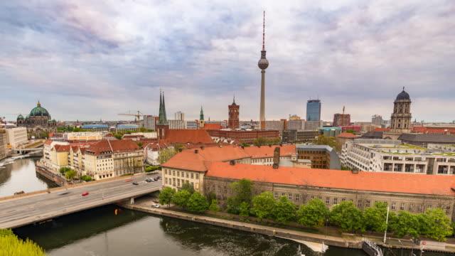 berlin deutschland zeitraffer 4k, stadt-skyline-zeitraffer am fernsehturm und an der spree - verkehr im zeitraffer stock-videos und b-roll-filmmaterial