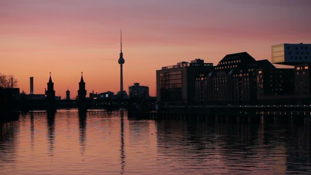 berlin in der nacht-einkaufstour - berlin stock-videos und b-roll-filmmaterial