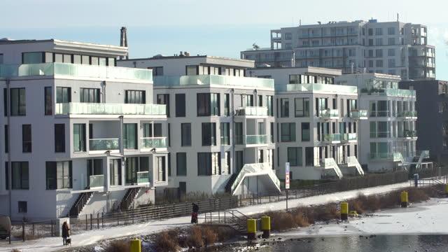 berlin im winter - geplante wohnsiedlung stock-videos und b-roll-filmmaterial