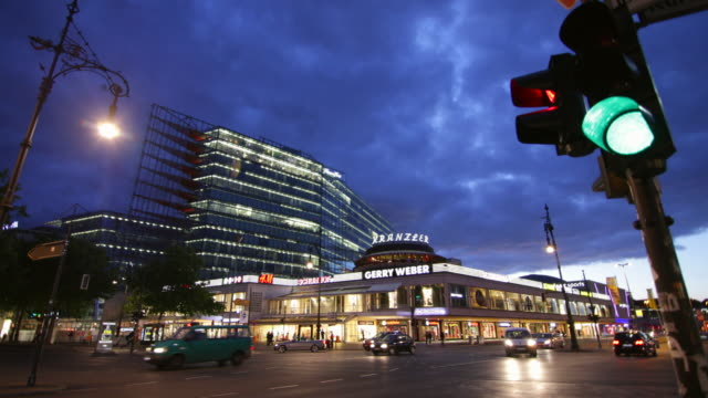 berlin kudamm night szene with traffic light - road junction stock-videos und b-roll-filmmaterial