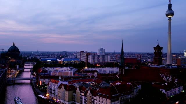 Berlin Mitte Skyline in der Dämmerung (4 k UHD zu/HD)