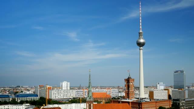 Schwenken die Skyline von Berlin Mitte im Spätsommer (4 k UHD zu/HD)