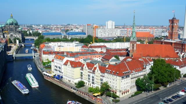 skyline von berlin-mitte - rathaus stock-videos und b-roll-filmmaterial