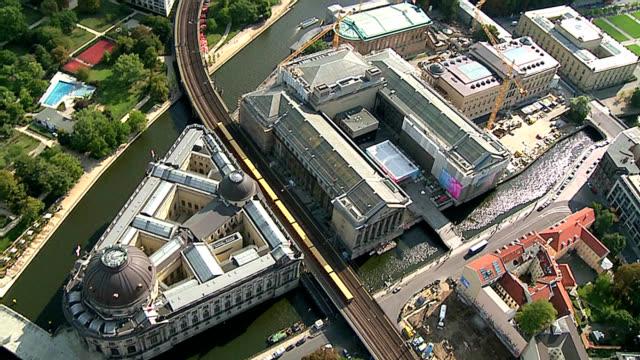 luftaufnahme der museumsinsel in berlin - museum stock-videos und b-roll-filmmaterial