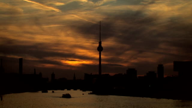 berlin panorama-sonnenuntergang - full length stock-videos und b-roll-filmmaterial