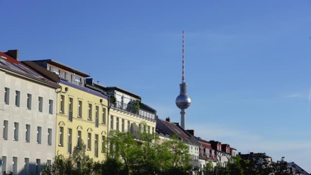 vídeos de stock, filmes e b-roll de berlim prenzlauer berg apartamento casas com torre de tv - east berlin