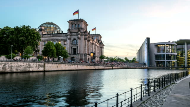 berlin reichstag and spree river hyperlapse - cupola video stock e b–roll