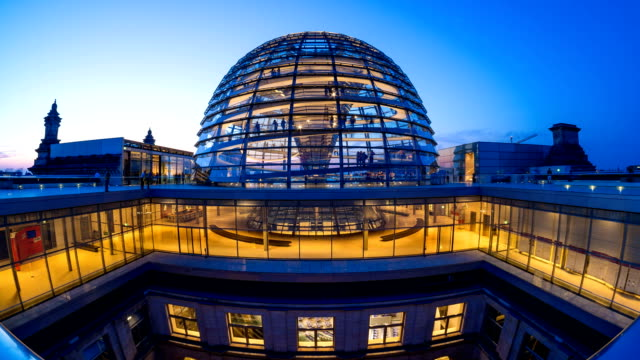 berlin reichstag dome exterior night timelapse - the reichstag stock videos & royalty-free footage