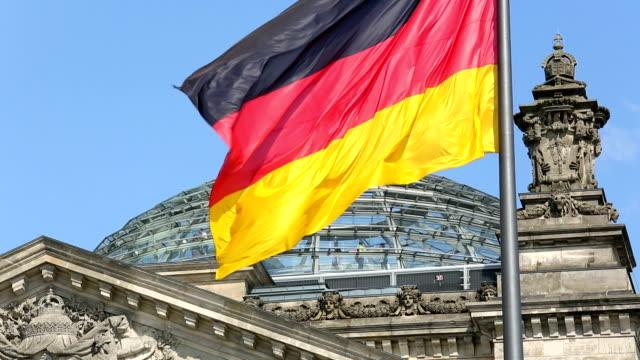 cupola del reichstag, berlino, germania flagg - cupola video stock e b–roll