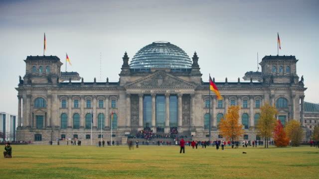 berliner reichstag - frontgiebel stock-videos und b-roll-filmmaterial
