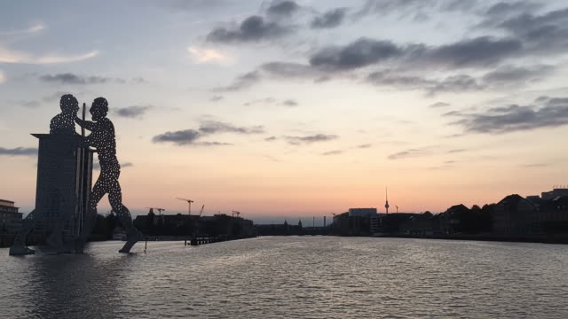 berlin river spree time lapse at sunset - スプリー川点の映像素材/bロール