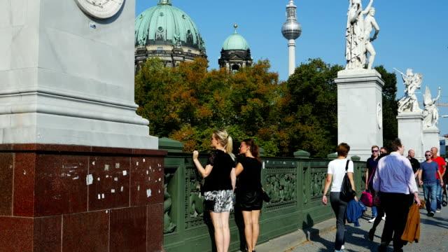 Berlin Schlossbruecke (Castle Bridge) Schwenk nach oben (4 k UHD zu/HD)