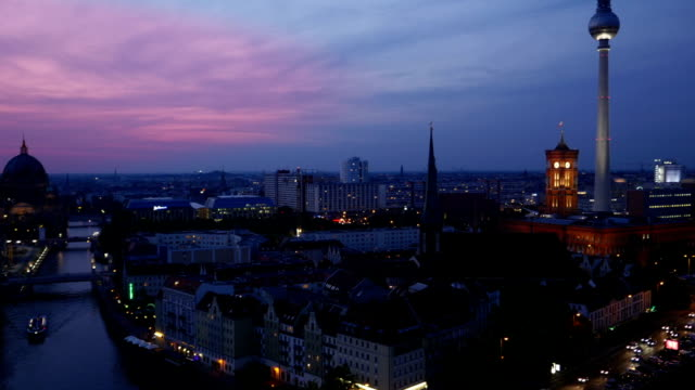 schwenken die skyline von berlin im blauen stunde (4 k uhd zu/hd) - rathaus stock-videos und b-roll-filmmaterial