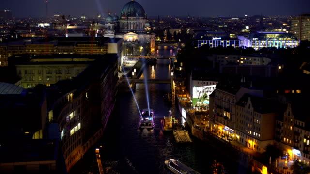 vídeos de stock e filmes b-roll de berlin skyline at night, realtime - berlim