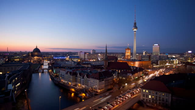 berlin skyline bei nacht - long exposure stock-videos und b-roll-filmmaterial