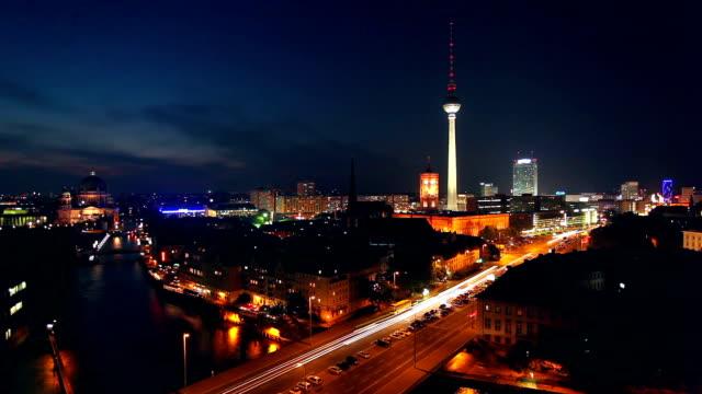 berlin skyline bei nacht - berlin stock-videos und b-roll-filmmaterial