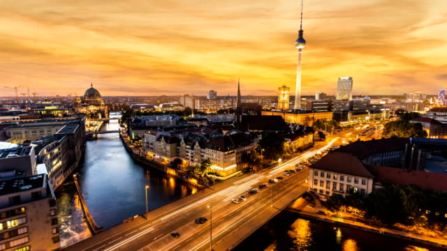 vídeos de stock e filmes b-roll de berlin skyline at sunset, time lapse - berlim