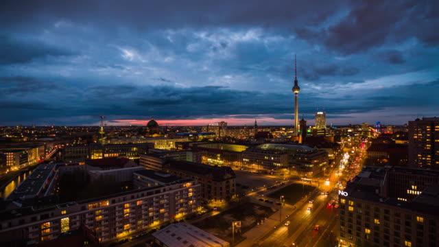 berlin skyline stadt panorama - dämmerung stock-videos und b-roll-filmmaterial