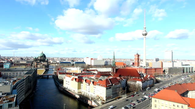 berlin skyline-echtzeit - panorama stock-videos und b-roll-filmmaterial