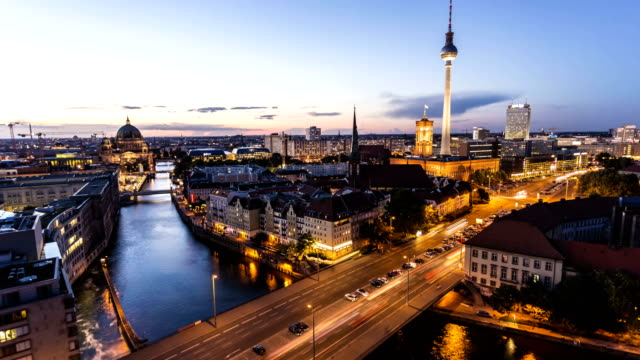 berlin skyline, zeitraffer - ultra high definition television stock-videos und b-roll-filmmaterial