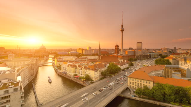vídeos de stock e filmes b-roll de berlin skyline timelapse with sunset and traffic - berlim