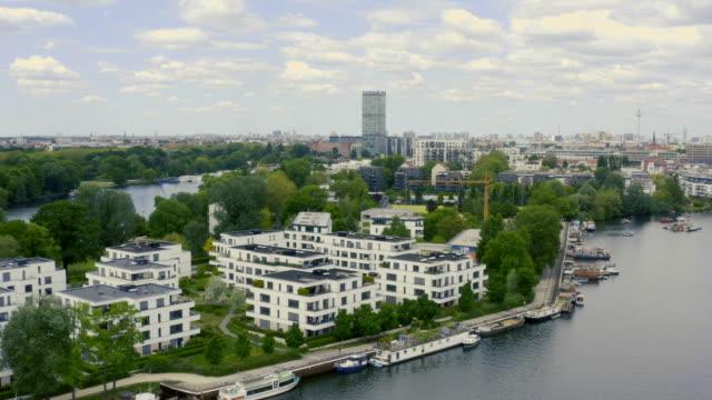 berlin skyline mit spree, gefilmt von oben - geplante wohnsiedlung stock-videos und b-roll-filmmaterial