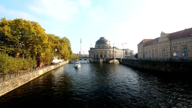 ベルリンのスカイラインとシュプレー川、タイムラプス - アレクサンダープラッツ点の映像素材/bロール