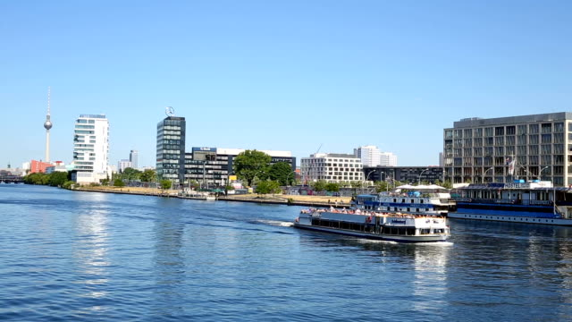 Berliner Skyline mit Spree entlang