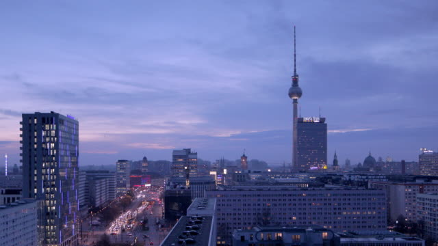 stockvideo's en b-roll-footage met berlin skyline with tv tower - stilstaande camera