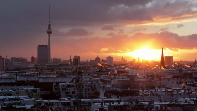 vídeos de stock, filmes e b-roll de berlin skyline with tv tower - torre de televisão berlim