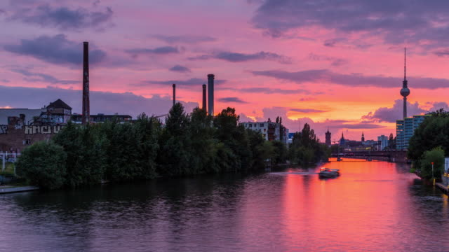 berlin spree city skyline summer timelapse zoom from day to night with sunset and motion in berlin-mitte - スプリー川点の映像素材/bロール