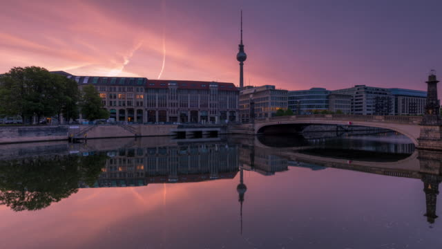 vídeos de stock e filmes b-roll de berlin spree city skyline summer timelapse zoom from night to day with sunrise - berlim