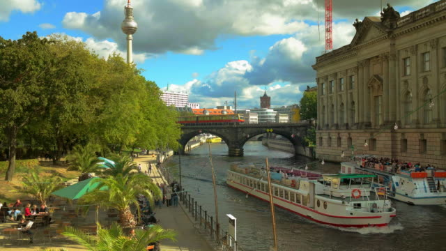 vídeos de stock, filmes e b-roll de berlin spree river with excursion boats, tv tower and s-bahn, germany - torre de televisão berlim