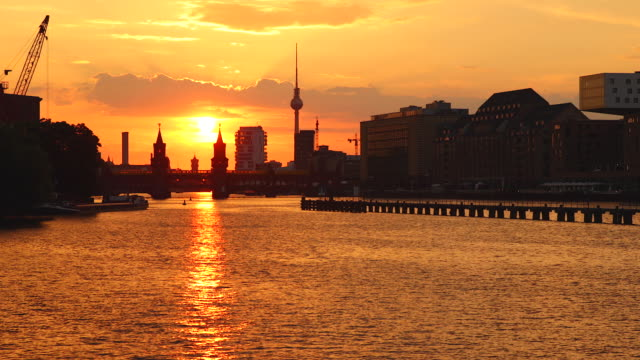 berlin spree skyline in summer with train and sunset - establishing shot stock-videos und b-roll-filmmaterial