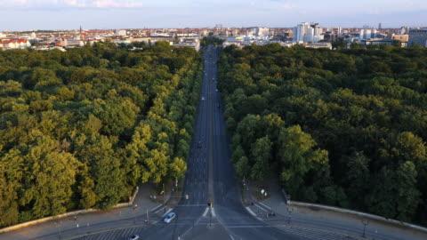 stockvideo's en b-roll-footage met berlin street, park en skyline bij twilight - brede straat