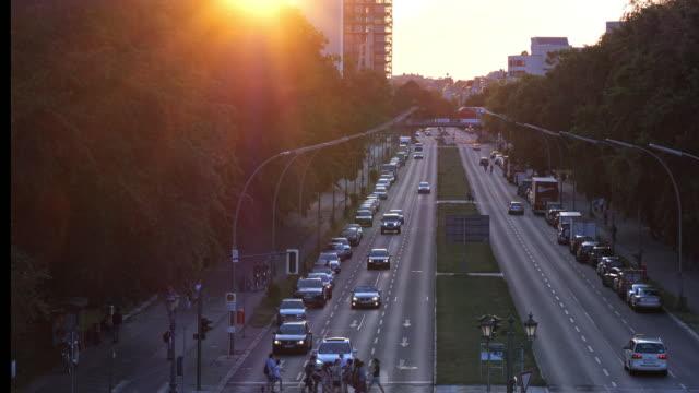 stockvideo's en b-roll-footage met berlijn straat, park en trein bij twilight - brede straat