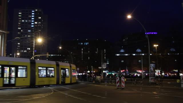 vídeos de stock e filmes b-roll de berlin street - linha do elétrico