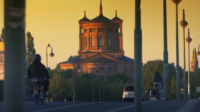 berlin st.-thomas-kirche church, morning evening traffic - kirche stock videos and b-roll footage