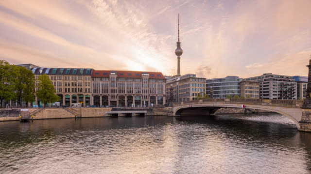vídeos de stock, filmes e b-roll de berlin summer skyline night to day timelapse zoom with dramatic sky - torre de televisão berlim