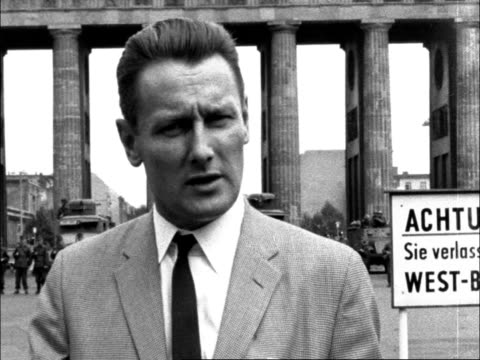 tom barry report reaction germany west berlin tom barry in front of brandenburg gate sof says that at 230pm the armoured cars moved through the... - barry took stock-videos und b-roll-filmmaterial