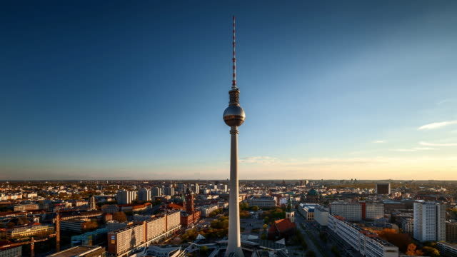 berlin tv tower at sunset - sendeturm stock-videos und b-roll-filmmaterial