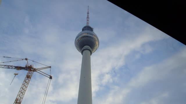 vídeos y material grabado en eventos de stock de berlin tv tower from below - chapitel
