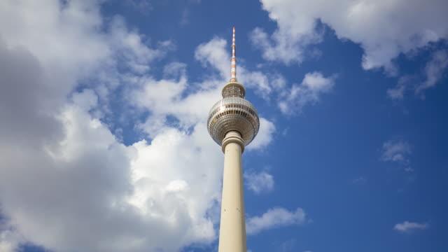 vídeos de stock, filmes e b-roll de torre da tevê de berlim - east berlin