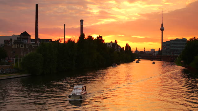 berlin urban spree skyline in summer with boats and sunset - スプリー川点の映像素材/bロール