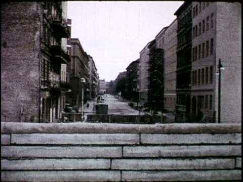 berlin wall, 1970 - guerra fredda video stock e b–roll